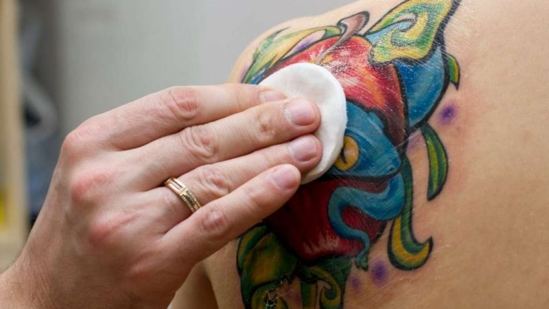 Основные причины, почему не заживает татуировка